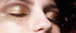 Já pensou em usar uma maquiagem com glitter e...