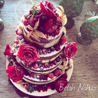 Semi Naked cake - Bordeaux - rosas colombianas e frutas vermelhas
