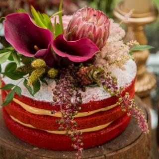 Red Velvet com flores nobres (decoração: Renata Paraíso)