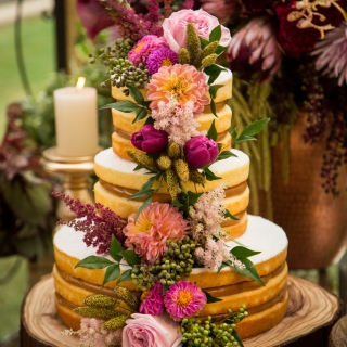 Naked Cake com flores nobres (decoração: Renata Paraíso)