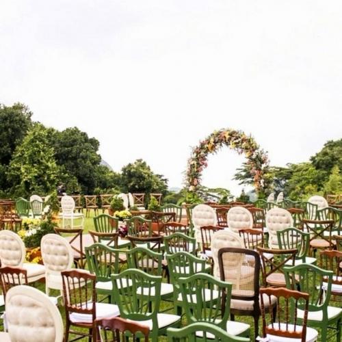 Mix de cadeiras para cerimônia ao ar livre