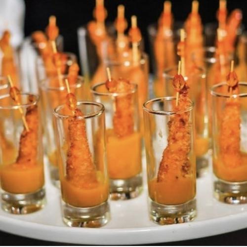 Camarão crocante envolvido no coco com geléia de manga e hortelã