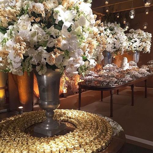 Mesa de doces branca e dourada