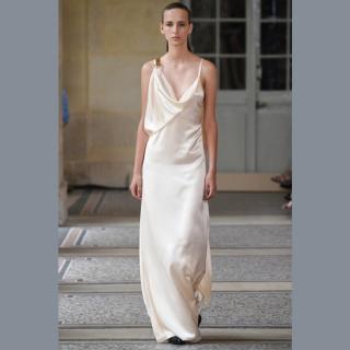 Vestido de noiva em seda e off white