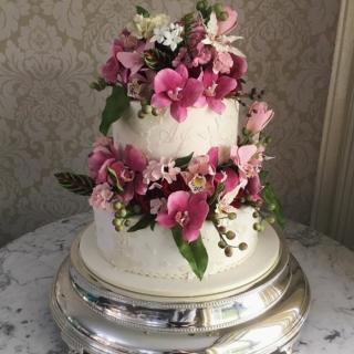 Bolo com flores pink e marsala