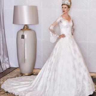 Vestido branco com manga longa de renda