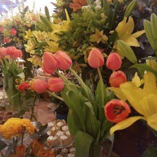 Mesa de doces com tulipas