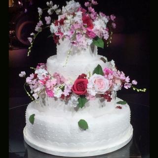 Bolo romantico com flores de açúcar
