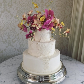 Bolo com rendas e orquídeas