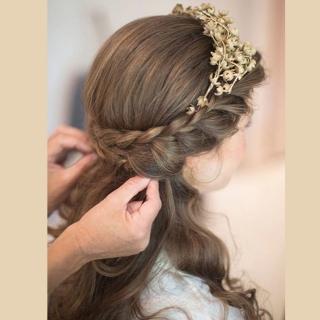 Meio rabo com trança e coroa de flores secas