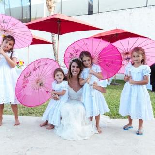 Damas com guarda-sol rosa