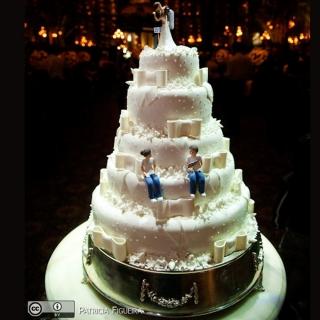 bolo cinco andares com laço e noivinhos