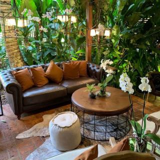 Lounge com sofá de couro