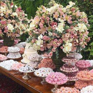 Mesa de doces rosa e branca