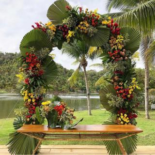 Cerimônia com palmeira leque por Bagatelle Decor