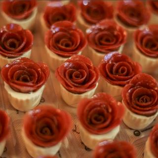 Copinho de queijo com rosas de goiabada