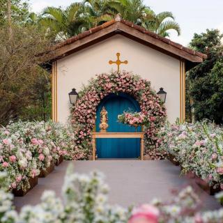 Cerimônia religiosa ao ar livre romântica