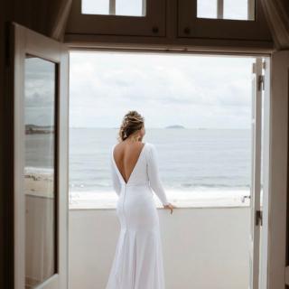 Vestido de noiva por Juliana Avlik Atelier com decote